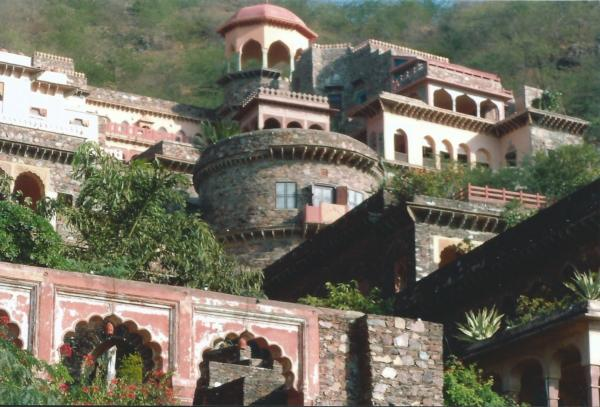 Nemrana-nekada radžin dvor, a danas pretvoren u haritage hotel