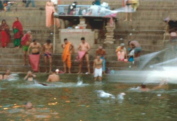 Obredno kupanje na Sv. rijeci Ganges
