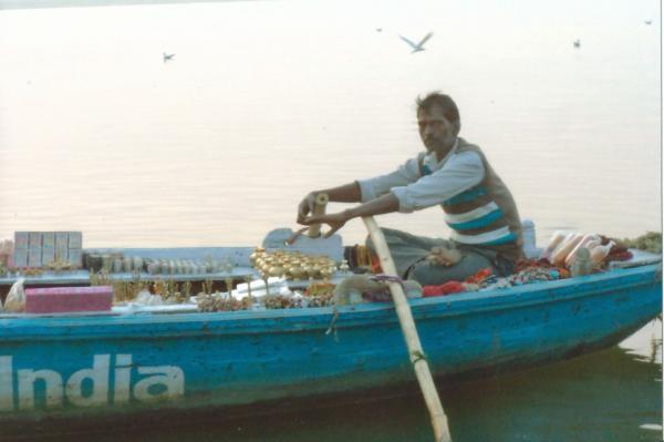 Prodavač suvenira na sv. rijeci Ganges