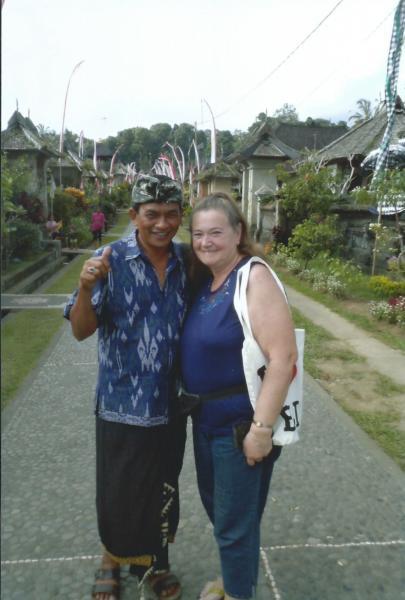 Selo Pinglipet-naš lokalni vodič u tradicionalnom sarongu