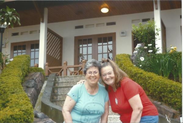 Zajedno sa mojom Zitom ispred našeg bungaloa u selu Ngadisar