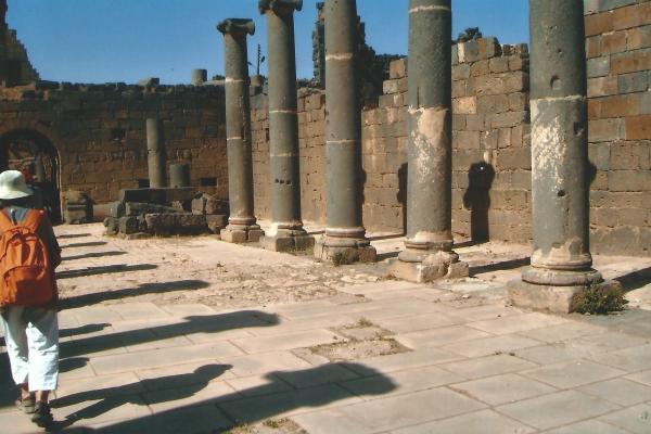 Bosra-glavna ulica(rimski grad građen od crnih bazaltnih stijena)