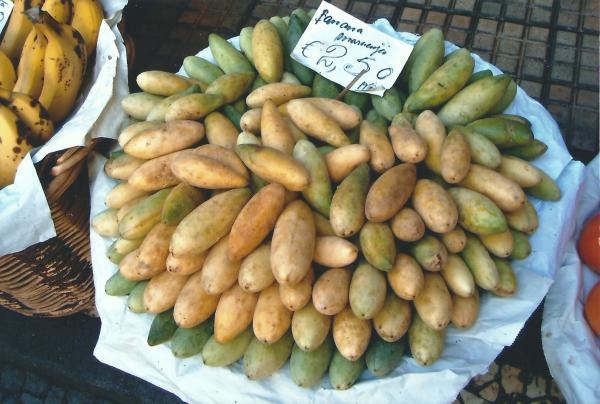 Egzotično voće na tržnici-maracuja banane