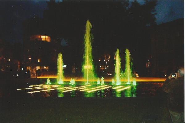 Salsomagiore-fontane na gl gradskom trgu u večernjim satima