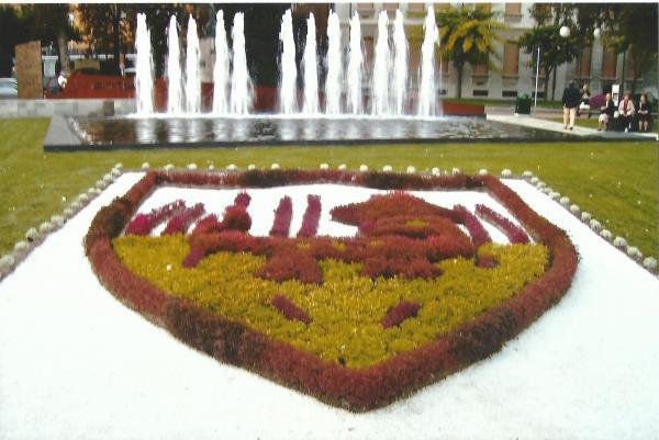 Salsomagiore-glavni trg sa grbom grada od cvijeća i šimšira