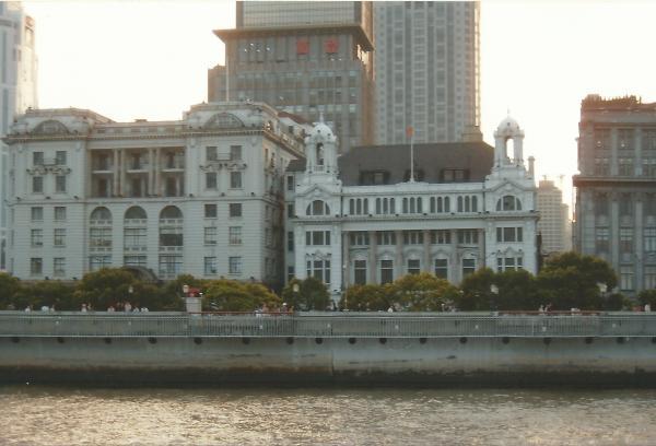 Koncesijske zgrade-malo nagnute, godišnje zbog trusnog područja tonu 1,5 do 2 cm