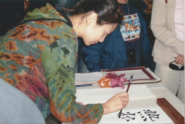 Lokalna vodičica-gđica Aurora piše naša imena i druge želje na kineskom jeziku (kaligrafijom)