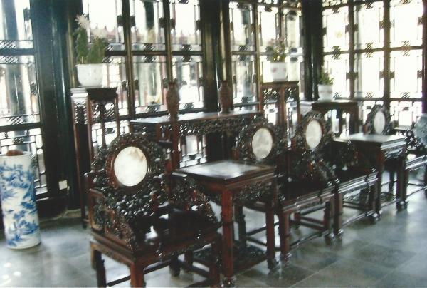 Unutrašnjost jednog od paviljona u vrtovima mandarina YU