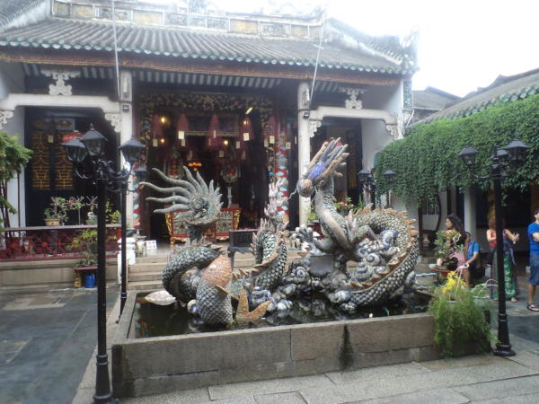 Dvorište hrama Fuok Kien.