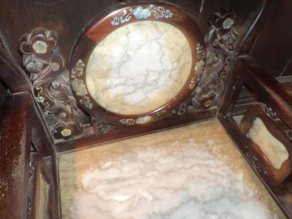 Rezbaren stolac u kući Tan Ky.